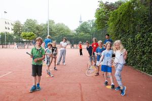 Erehaag van kinderen tijdens tenniskampen in Amsterdam en Haarlem