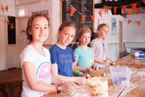 Meisjes koken tijdens tenniskampen Amsterdam en Haarlem