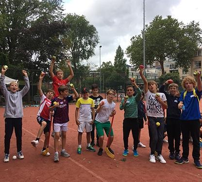 Groepje bruin tijdens tenniskampen zomervakantie in Amsterdam