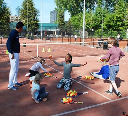 Tennisles tijdens tenniskampen zomervakantie in Amsterdam