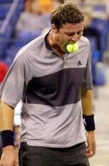 Marat Safin eet tennisbal op