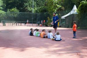 Tennisles Kinderen tellen punten Groepsfoto Vrienden Tenniskamp meivakantie Amsterdam en Haarlem