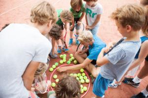 Kinderen tellen punten Groepsfoto Vrienden Tenniskamp meivakantie Amsterdam en Haarlem